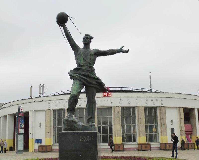 Памятник Спутнику рядом с метро Рижская